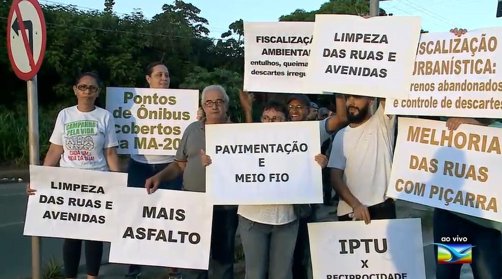 Moradores do bairro Araçagi realizaram uma manifestação na manhã desta segunda-feira (17).  — Foto: Reprodução/ TV Mirante