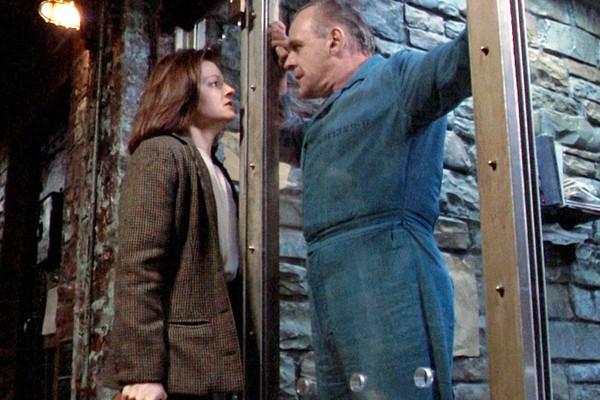A atriz Jodie Foster e o ator Anthony Hopkins em cena de O Silêncio dos Inocentes (1991) (Foto: Reprodução)