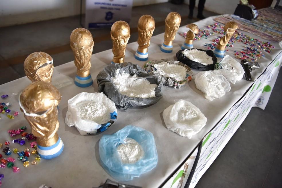 Polícia apreendeu grande quantidade de drogas em réplicas de troféu da Copa (Foto: Ministério de Segurança da Argentina - AP)