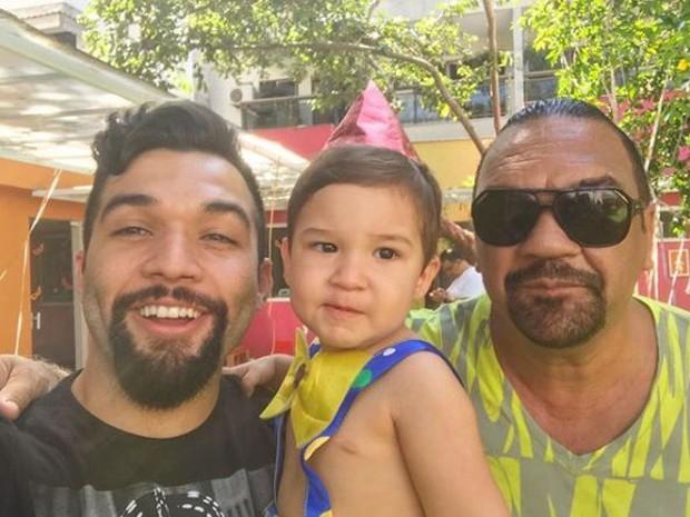 Jonathan Costa, o filho, Salvatore, e o pai, Rômulo Costa (Foto: Reprodução/Instagram)