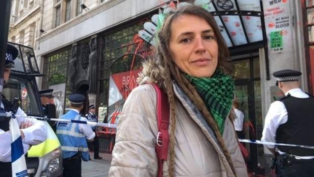 A brasileira Henny Freitas participou do protesto pelo meio ambiente em frente à embaixada do Brasil em Londres. 'Estamos aqui clamando a atenção ao mundo', disse. (Foto: FERNANDA ODILLA/BBC)