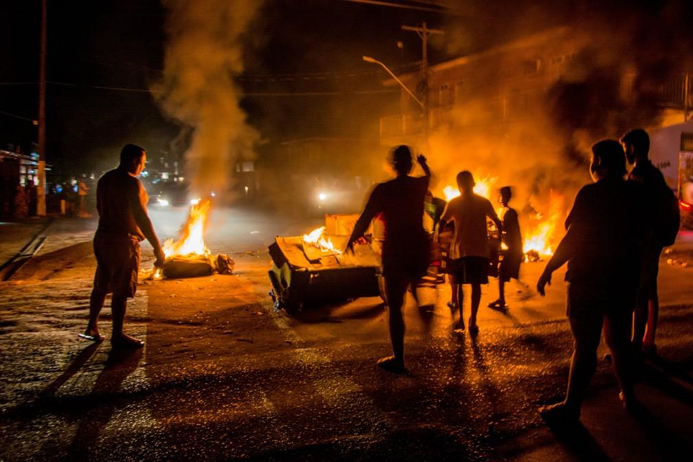 Moradores da capital do Amapá, em Macapá, fazem protestos — Foto: Maksuel Martins/Fotoarena/Estadão Conteúdo