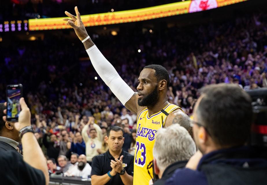 LeBron James é ovacionado por rivais em noite histórica na NBA; Kyrie Irving dá show de habilidade