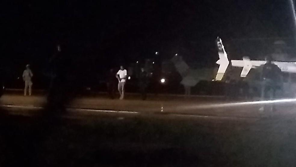 Presos chegaram em 2 helicópteros a Mossoró (RN), na noite desta quarta-feira (13).  — Foto: Ivanúcia Lopes/Inter TV Costa Branca