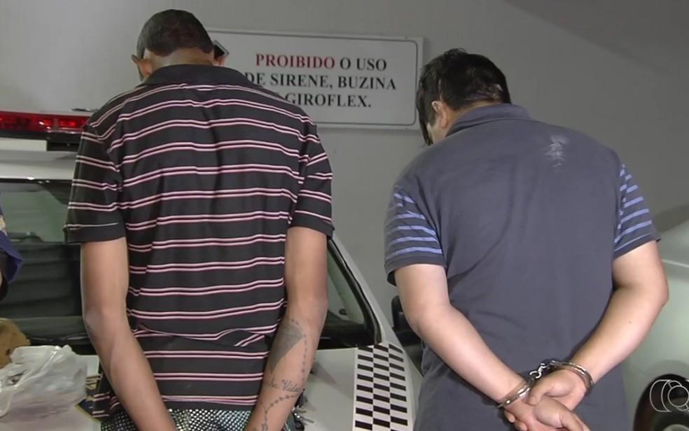 Irmãos foram presos em flagrante pelos assaltos, em Goiânia (Foto: Reprodução/TV Anhanguera)