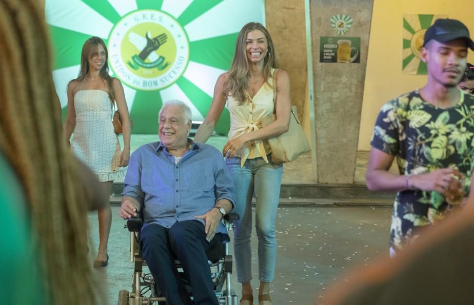 Paloma leva Alberto para a escola de samba e encontra Marcos