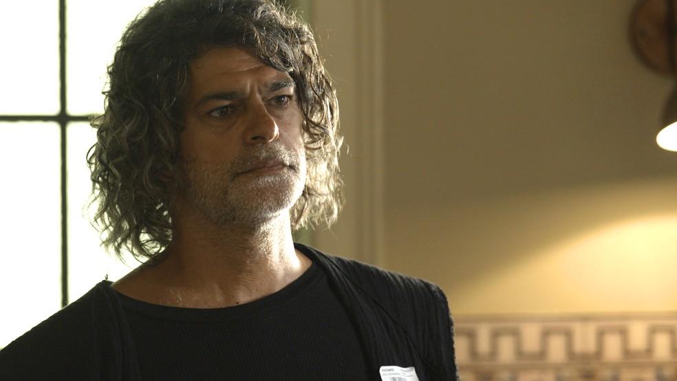 Murilo (Eduardo Moscovis) deixa Neide (Viviane Araújo) nervosa, na novela 'O Sétimo Guardião' — Foto: TV Globo