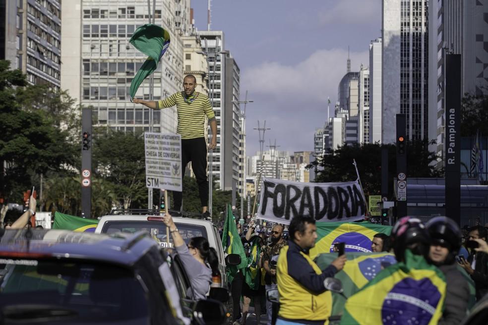 Manifestantes fazem ato na Avenida Paulista, região central de São Paulo, contra o governador João Doria e o deputado federal Rodrigo Maia na tarde deste domingo (19). O ato seguiu em carreata pelas ruas da cidade depois de fechar ambos os lados da avenida.  — Foto: BRUNO ROCHA/FOTOARENA/FOTOARENA/ESTADÃO CONTEÚDO