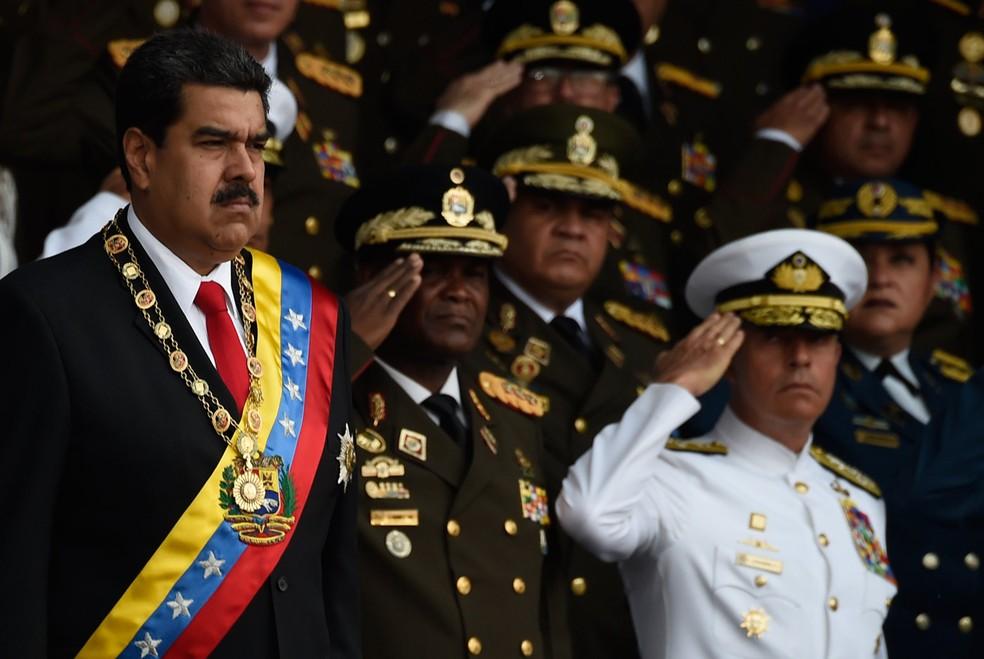 Nicolás Maduro durante o evento militar deste sábado (4), em Caracas, pouco antes de ter seu discurso interrompido e precisar ser evacuado às pressas por causa do que o governo venezuelano chamou de uma 'tentativa de ataque' com drones carregados de explosivos (Foto: Juan Barreto/AFP)