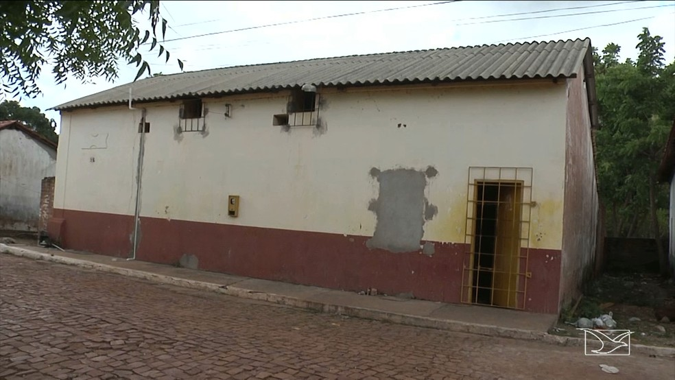 -  Carceragem da delegacia de Alto Parnaíba funcionava em uma casa construída há mais de 50 anos.  Foto: Reprodução/TV Mirante