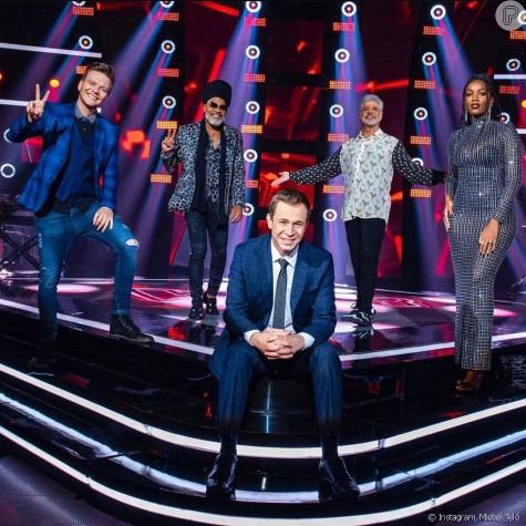 Michel Teló, Carlinhos Brown, Lulu Santos e Iza com o apresentador Tiago Leifert no 'The voice Brasil' (Foto: Globo)