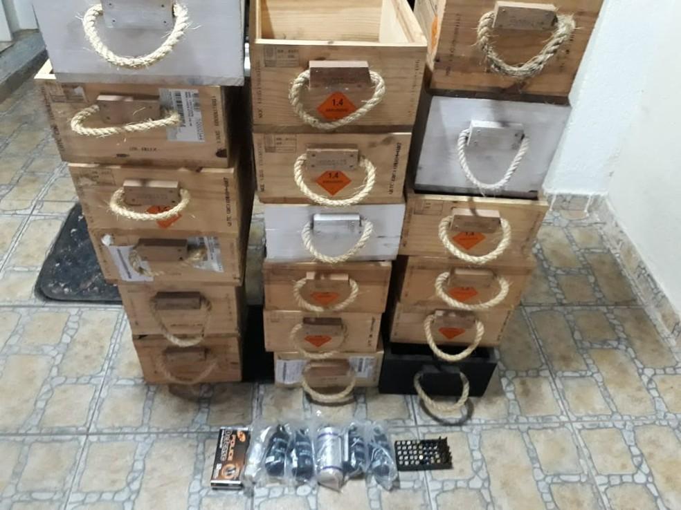 Caixas de munição apreendidas pela polícia — Foto: Reprodução