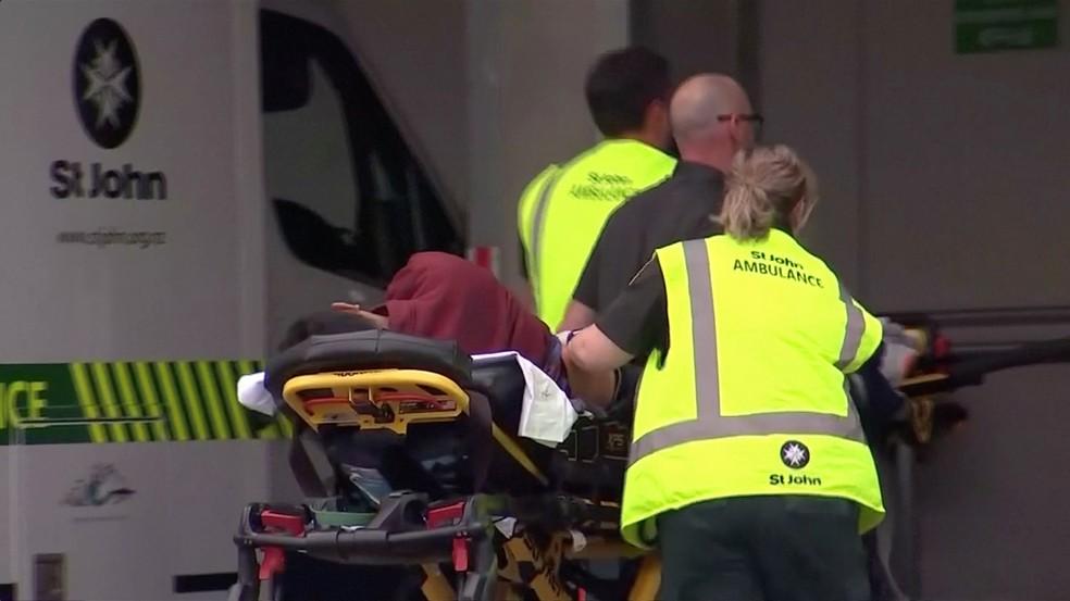 Feridos por tiros em mesquita de Christchurch, na Nova Zelândia, são levados para hospital  — Foto: TVNZ/via REUTERS TV