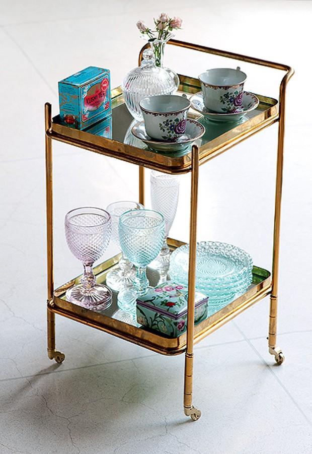 Xícaras, vasos, taças e vasinho com flores decoram este carrinho de chá de ferro, que fica lindo em vários cantos da casa (Foto: Iara Venanzi)