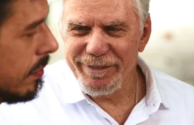 Alain (João Vicente de Castro) conseguirá ver Vicente (Reginaldo Faria) pela primeira vez e terá uma conversa emocionada com o avô. O cineasta também se enxergará como Gustavo Bruno (Foto: TV Globo)