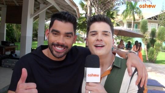 Eric Land e Gabriel Diniz nos bastidores da gravação do clipe 'Festinha Lá em Casa'