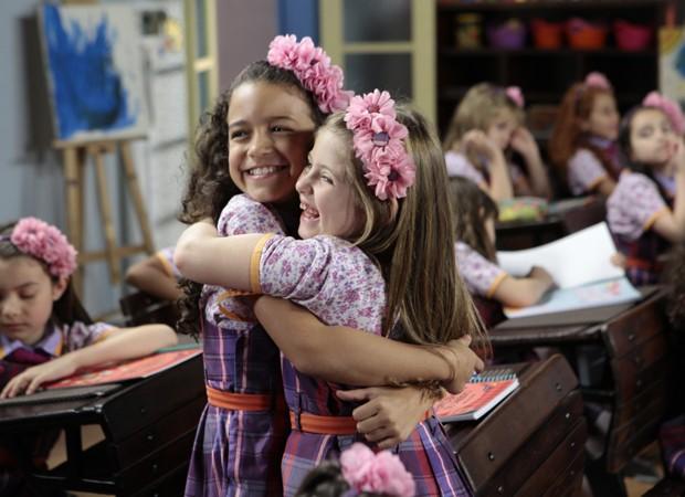 Dulce Maria (Lorena Queiroz) com a amiguinha Lulu (Luiza Nery) (Foto: Lourival Ribeiro/SBT)