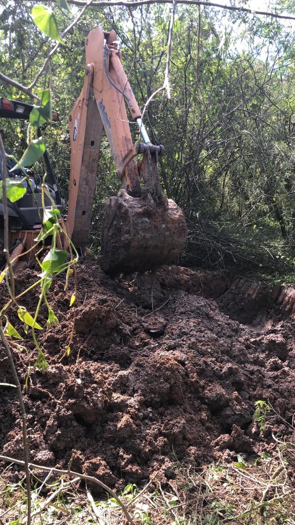 Retroescavadeira é usada em buscas por corpos em Itaboraí — Foto: Divulgação