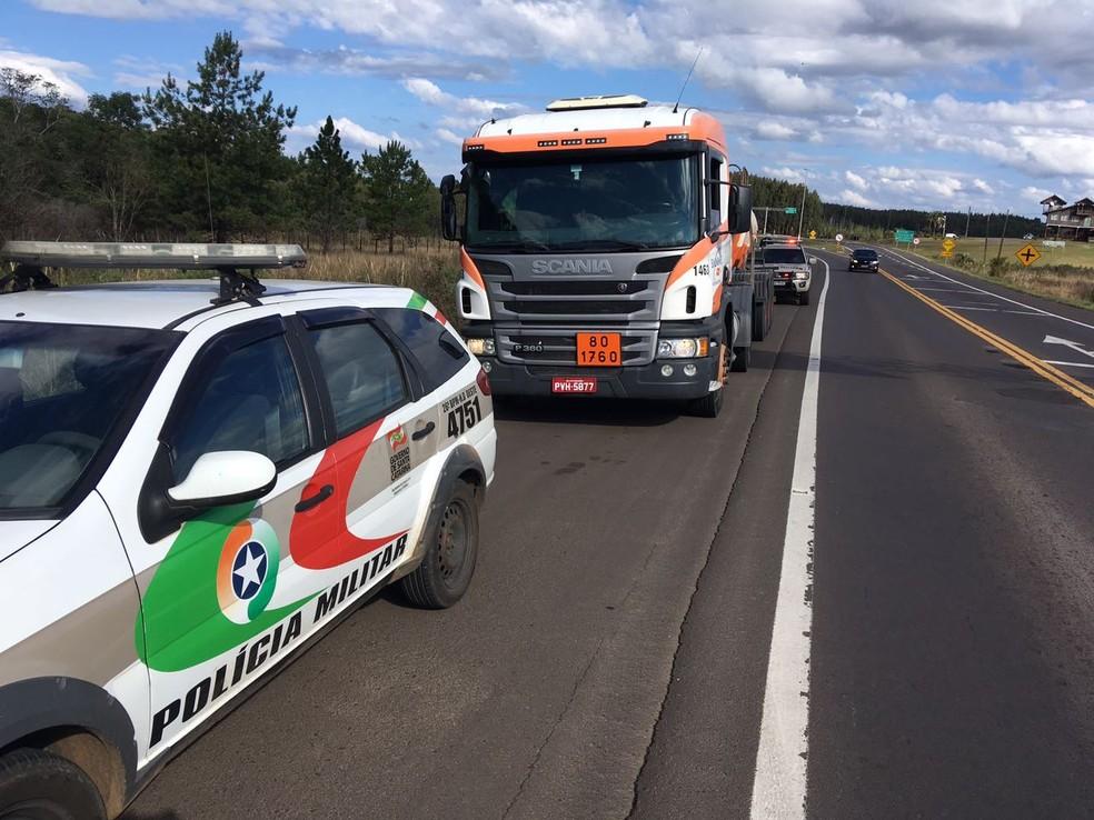 Caminhão com produtos químicos para tratamento da água é escoltado pela polícia em SC (Foto: Casan/Divulgação)