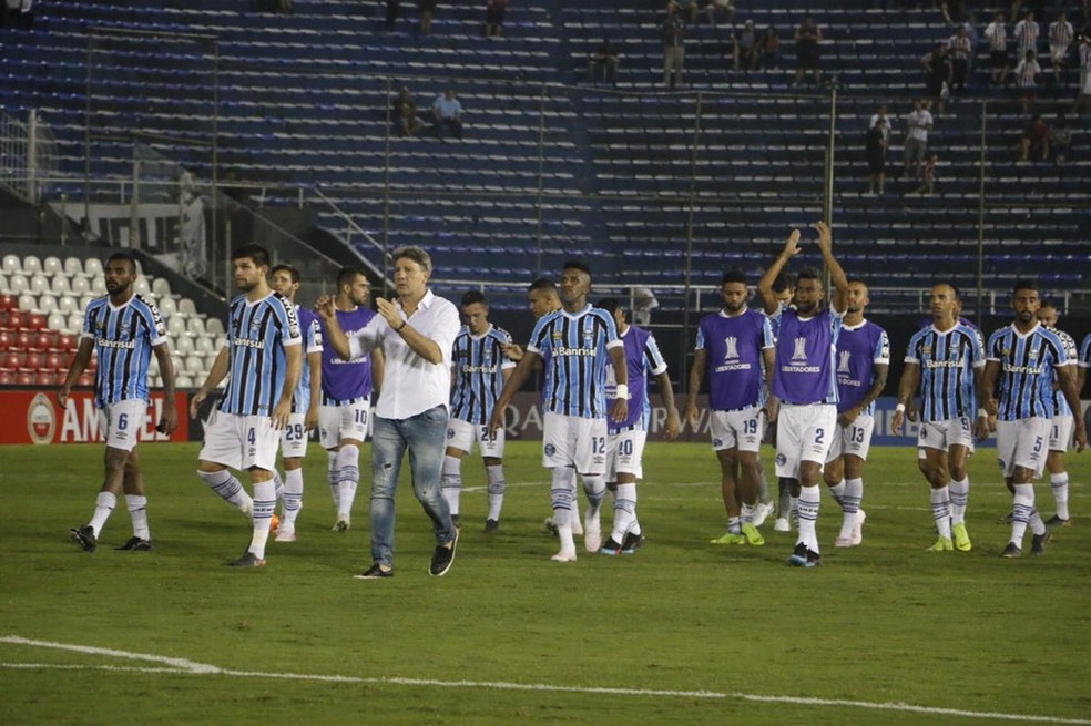 Grupo do Grêmio agradece apoio da torcida no Defensores del Chaco — Foto: Eduardo Moura / GloboEsporte.com
