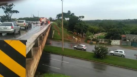 Proteção de viaduto cai em pista próximo a Candangolândia, no DF; veja vídeo