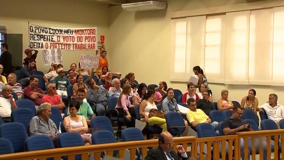 Público estava dividido durante sessão na Câmara de Monte Aprazível realizada nesta segunda-feira (Foto: Reprodução/TV TEM)