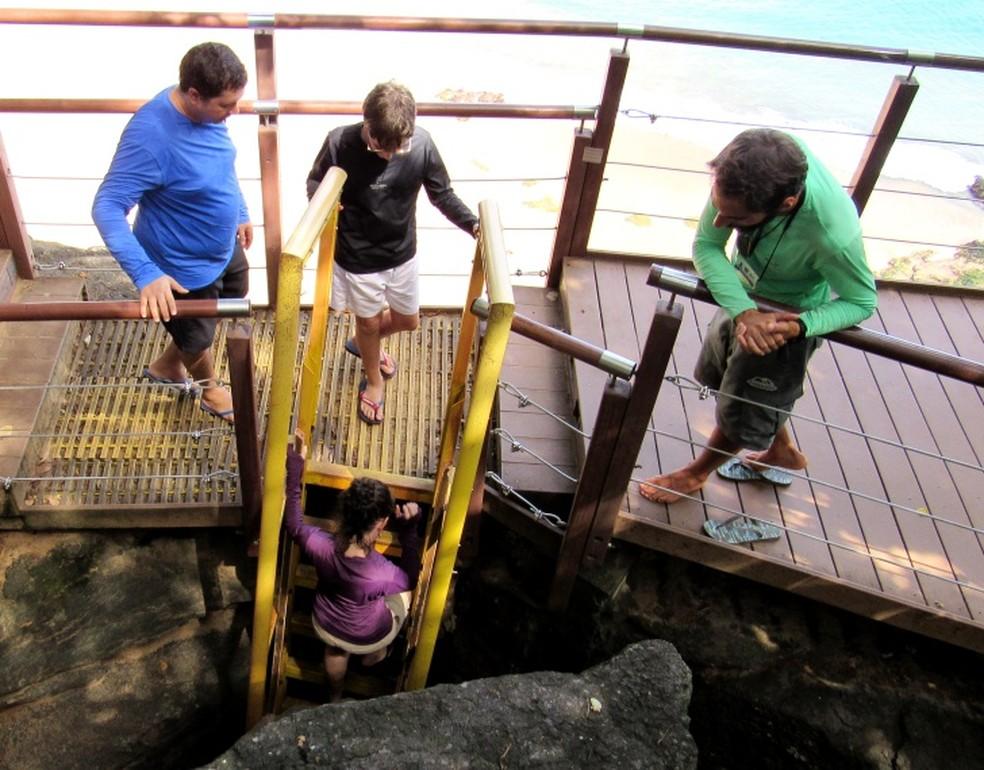 Escadaria de acesso à Baía do Sancho pode ser utilizada em horários específicos — Foto: Ana Clara Marinho/TV Globo