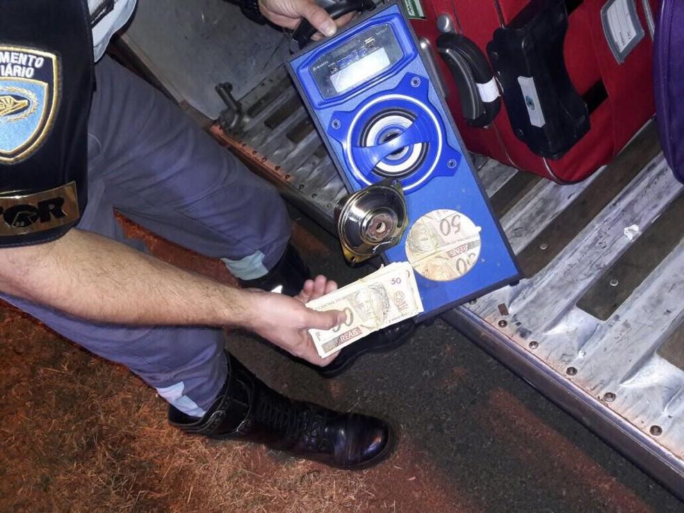 Notas falsas de R$ 50 estavam dentro de uma caixa de som (Foto: Cedida/Polícia Militar Rodoviária)