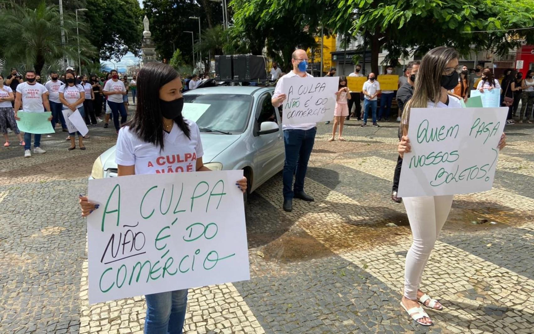 Comerciantes protestam contra fechamento de serviços não essenciais em Pouso Alegre, MG