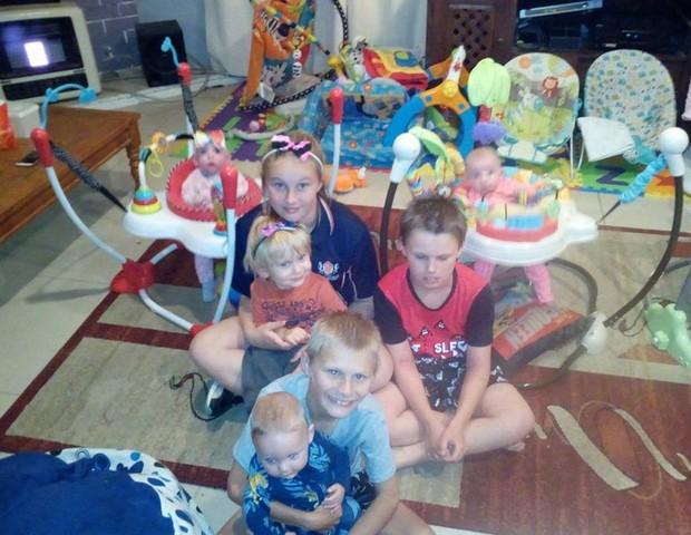 Os sete irmãos reunidos na sala da famílias (Foto: Reprodução Facebook)