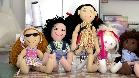 Menina de dez anos cria bonecas inclusivas