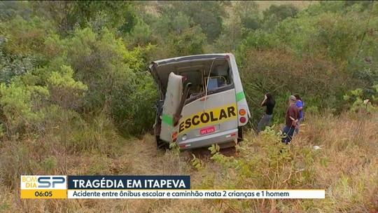 Batida entre ônibus escolar e caminhão em Itapeva