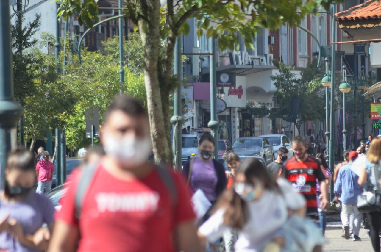 SC chega a 14 mil mortes por Covid; governo aposta em fiscalização para controlar doença
