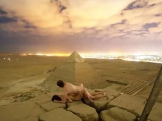Casal teria escalado pirâmide do Egito e feito sexo no topo (Foto: Reprodução)