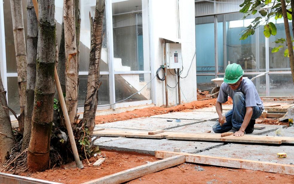 Operário faz reforma no Centro de Dança do DF, reaberto em fevereiro de 2018 — Foto: Dênio Simões/Agência Brasília/Divulgação
