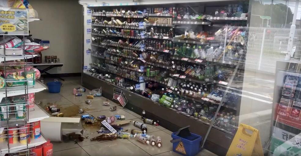 Garrafas quebradas no chão de mercado após terremoto em Osaka (Foto: Twitter/@tw_hds/via Reuters)