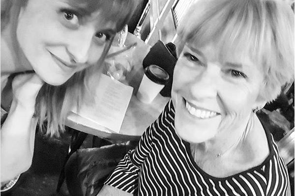 A atriz Allison Mack com a mãe, Melinda Mack (Foto: Instagram)