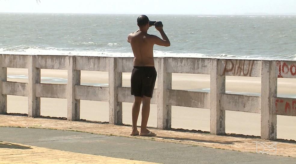 Turista Gilmar Silva não pôde entrar na água por causa da mancha de sujeira que ia em direção a praia. (Foto: Reprodução/TV Mirante)