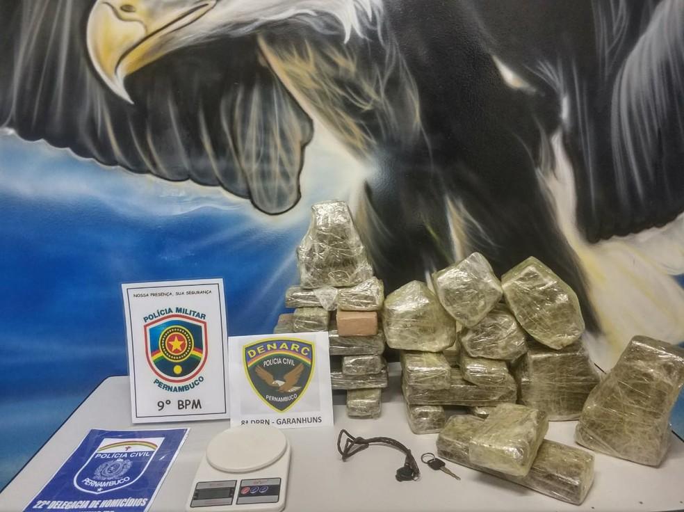 Três suspeitos foram presos com 19 kg de maconha em Garanhuns — Foto: Polícia Civil/Divulgação