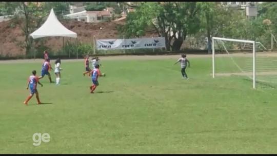 Jovem faz teste com chuteira de amigo quatro números maior e vira destaque na Taça das Favelas