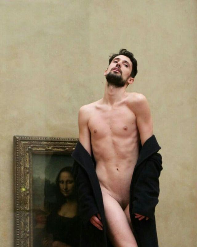 Adrián Pino diante de Monalisa, de Leonardo da Vinci, no Louvre, na França (Foto: Reprodução/Instagram)