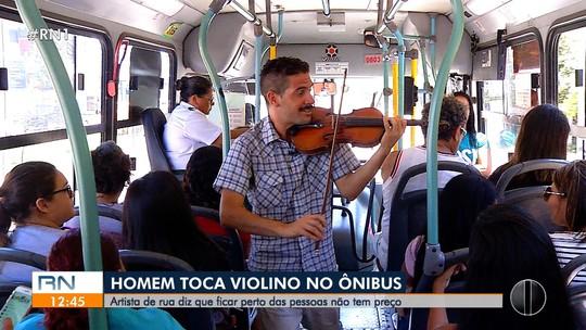 Conheça o uruguaio que toca violino em ônibus de Natal