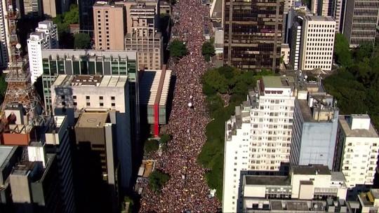 Parada do Orgulho LGBT reúne multidão na Avenida Paulista