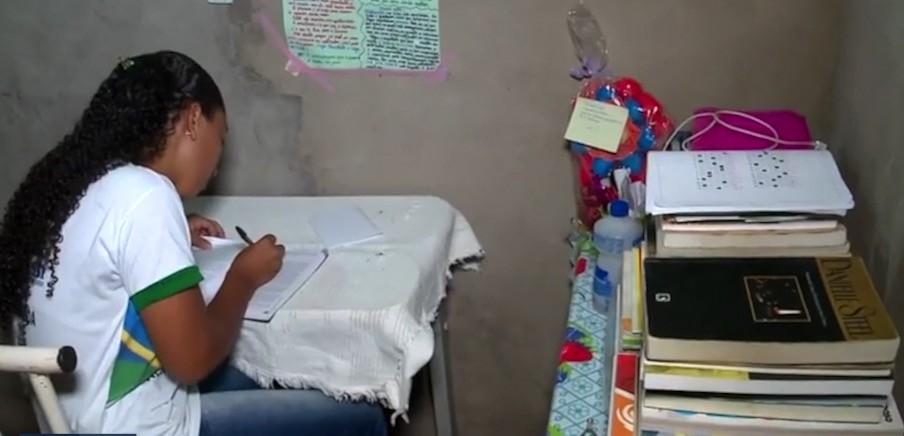 Filha de faxineira estudante de escola pública comemora 940 pontos na redação do Enem: 'quero mudar minha realidade'