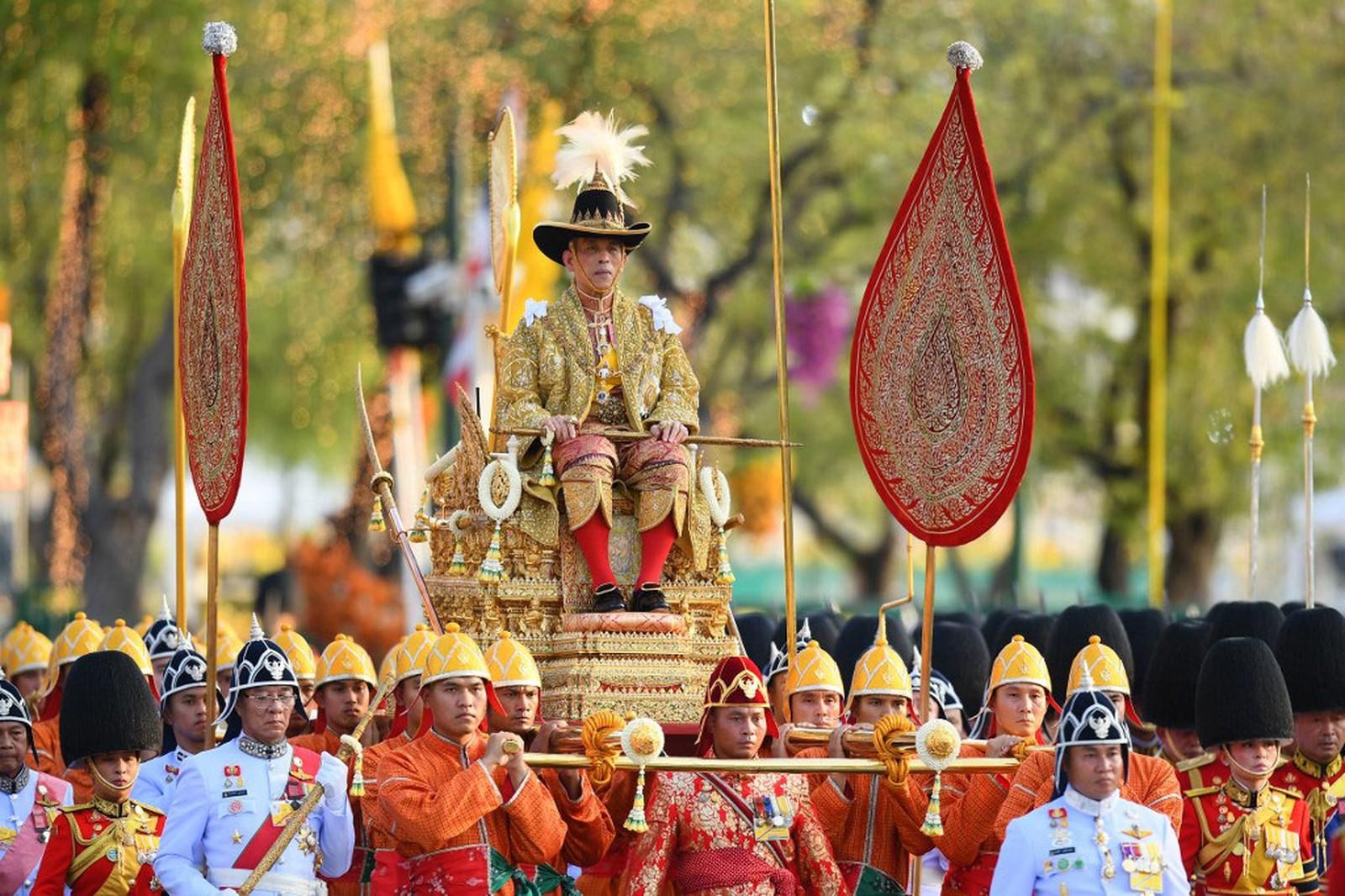 Rei da Tailândia demite guardas reais por 'adultério'