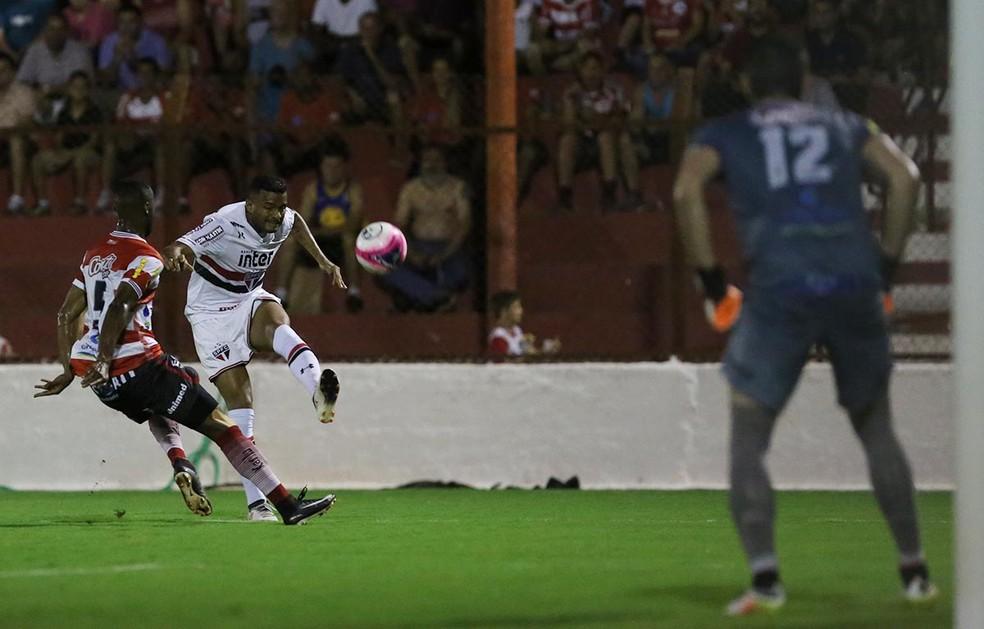 Reinaldo fez gol pelo São Paulo contra o Linense, mas sentiu lesão na coxa esquerda na sequência (Foto: Rubens Chiri / saopaulofc.net)