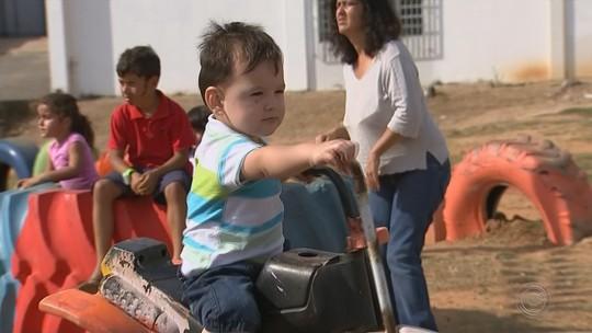 Voluntários transformam espaços em parques de diversão para crianças com materiais recicláveis: 'Sonho realizado'