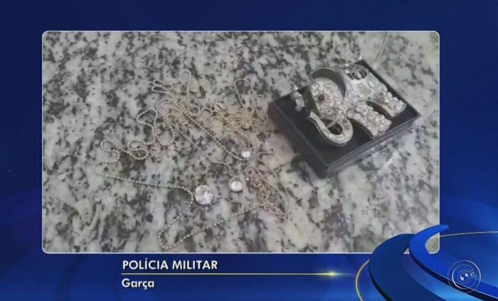 Parte das joias da idosa foram recuperadas após a prisão dos suspeitos em Garça  (Foto: Reprodução / TV TEM )