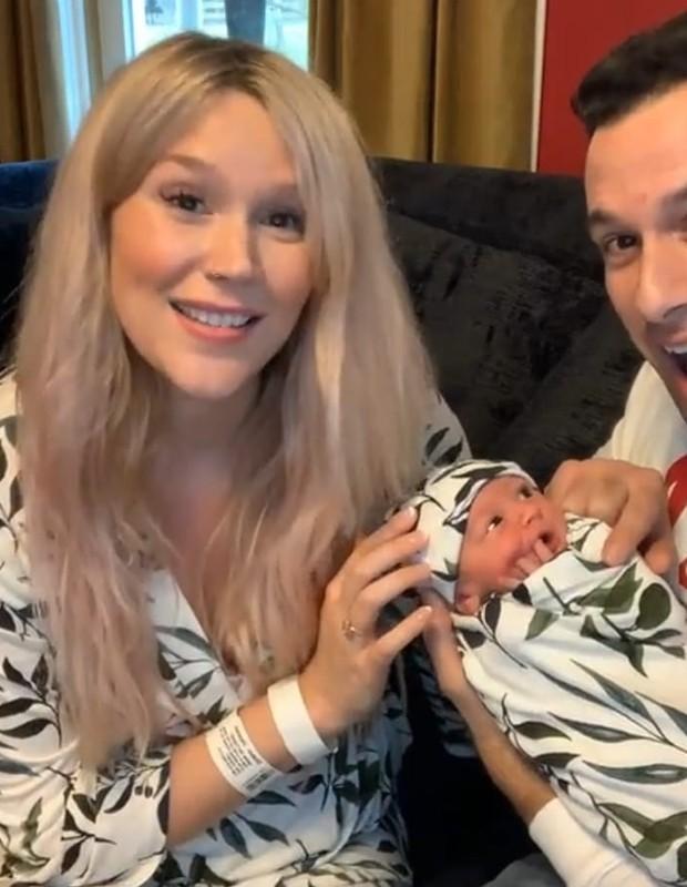 Joss Stone e marido apresentam filha (Foto: Reprodução)