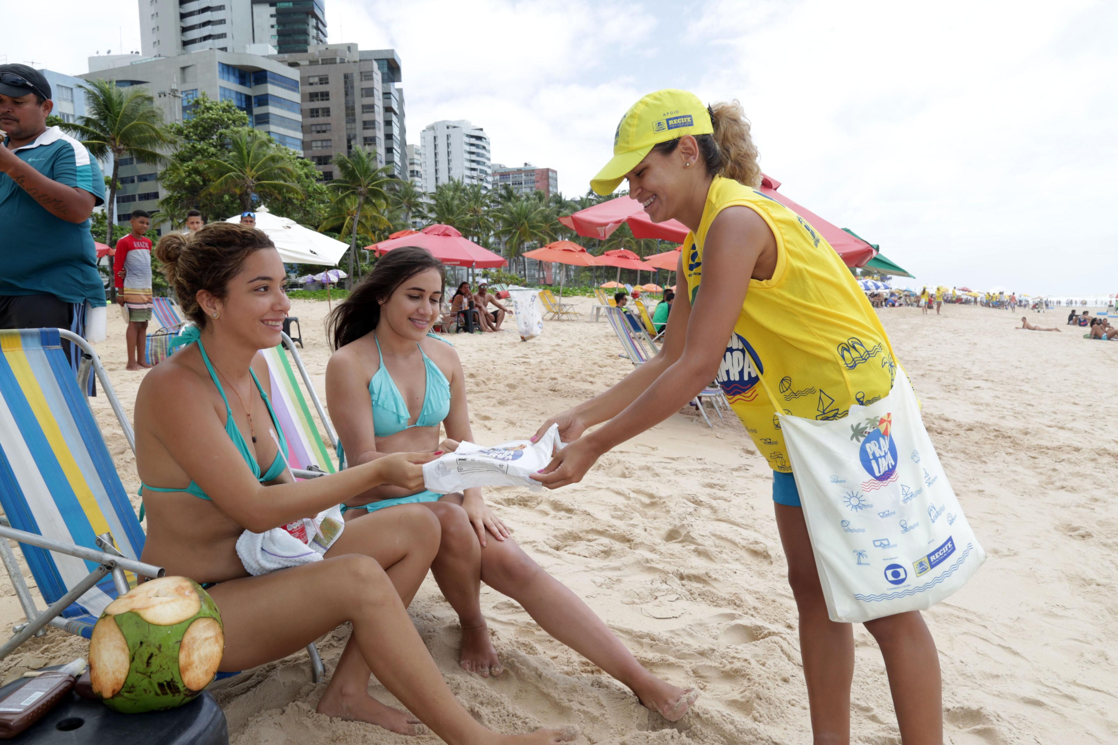 Saquinhos do 'Praia Limpa' são absorvidos mais rapidamente pela natureza